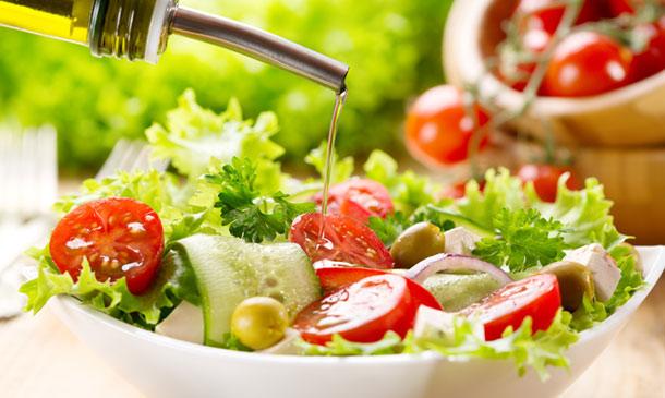 Wie man einen Salat würzt: Das Öl kommt immer zum Schluss.
