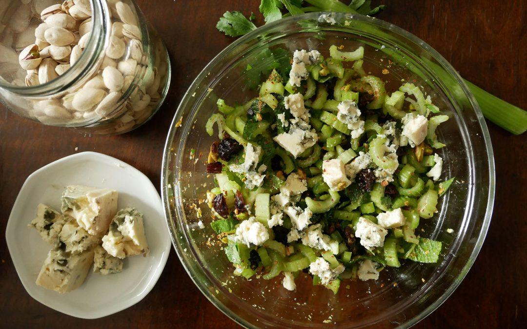Sellerie-, Pistazien- und Blauschimmelkäsesalat: Ein überraschend gesundes und einfaches Rezept